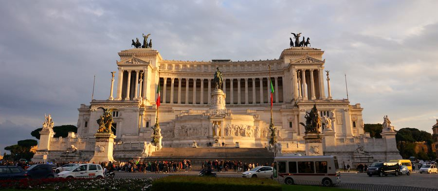 The Alter Of The Fatherland monument dominates the Venezia Square in rome