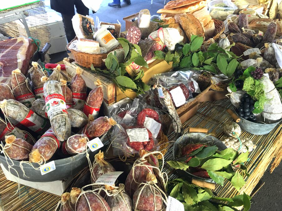 shopping at the local market in italy is a great way to be a responsible traveller