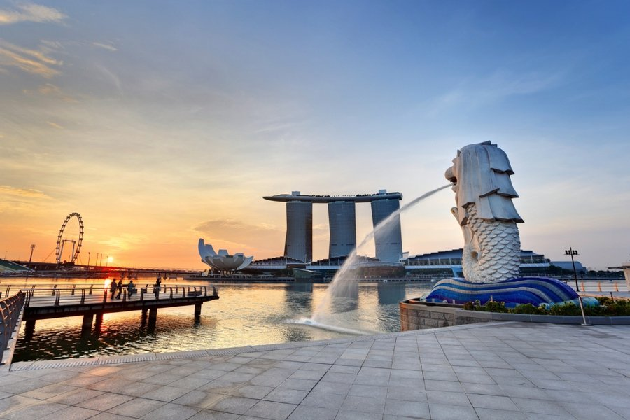 wondering what to do in singapore? snap a photo with the Merlion statue