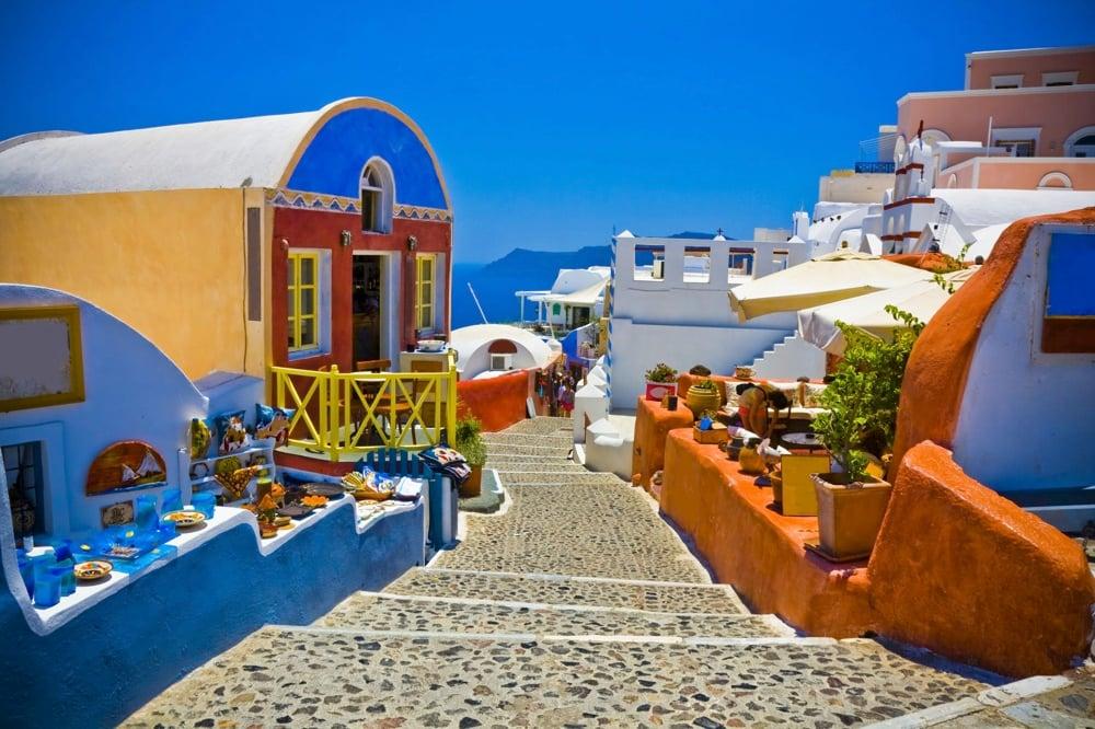 oia narrow roads santorini greece